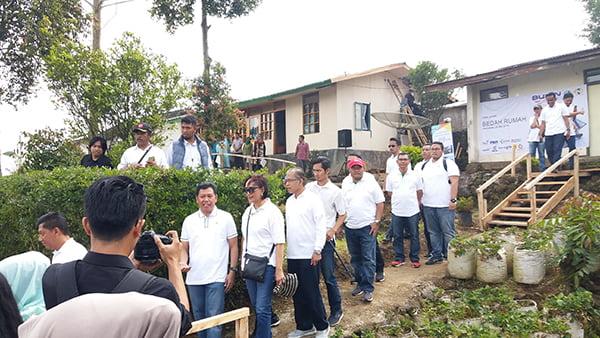 Kunjungan Kerja Mentri BUMN Rini Soemarno saat melihat pogram Bedah Rumah di Kp. Pamegarsaren RT 2 RW 4 desa Patengan Kec.  Rancabali  Kabupaten Bandung, Sabtu (26/5).