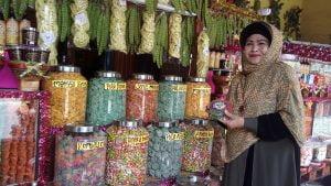 Hj. Elin Ratna Asmara (64) sedang mempelihatan cemilan  khas  Ciwidey Kalua di toko oleh-oleh miliknya,  Kamis (31/5)