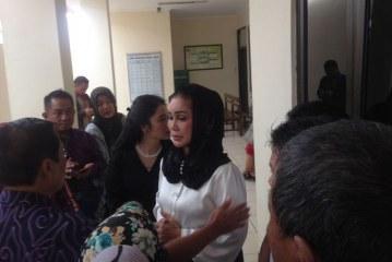 Kakak Kandung Sekjen PAN Hj. Sitti Masithah Nangis Usai Divonis 5 Tahun Penjara