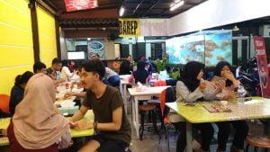 Sejumlah pengunjung saat berbuka puasa di rumah makan sea food Mas Barep di Jalan Raya Surya Soemantri Kota Bandung.