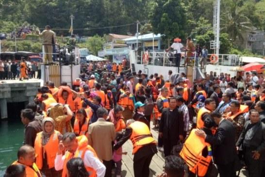 Isak Tangis keluarga Korban Warnai Aksi Tabur Bunga di Danau Toba