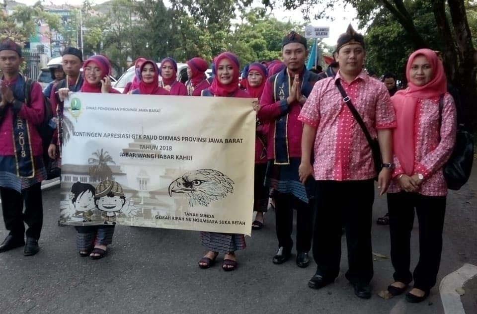 Defile kontingen asal Jawa Barat pada Apresiasi GTK PAUD dan DIKMAS berprestasi Tingkat Nasional 2018, diselenggarakan di Kota Pontianak, Kalimantan Barat.
