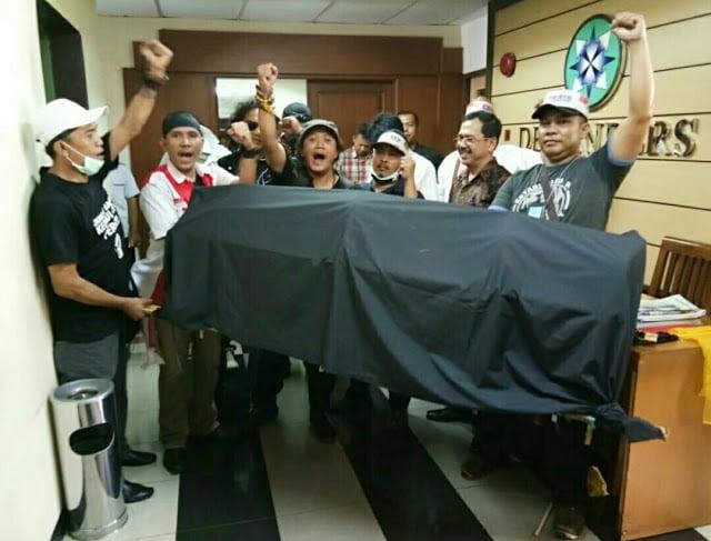 Didatangi Ratusan Perwakilan Wartawan Se Indonesia, Dewan Pers Malah Kabur ?