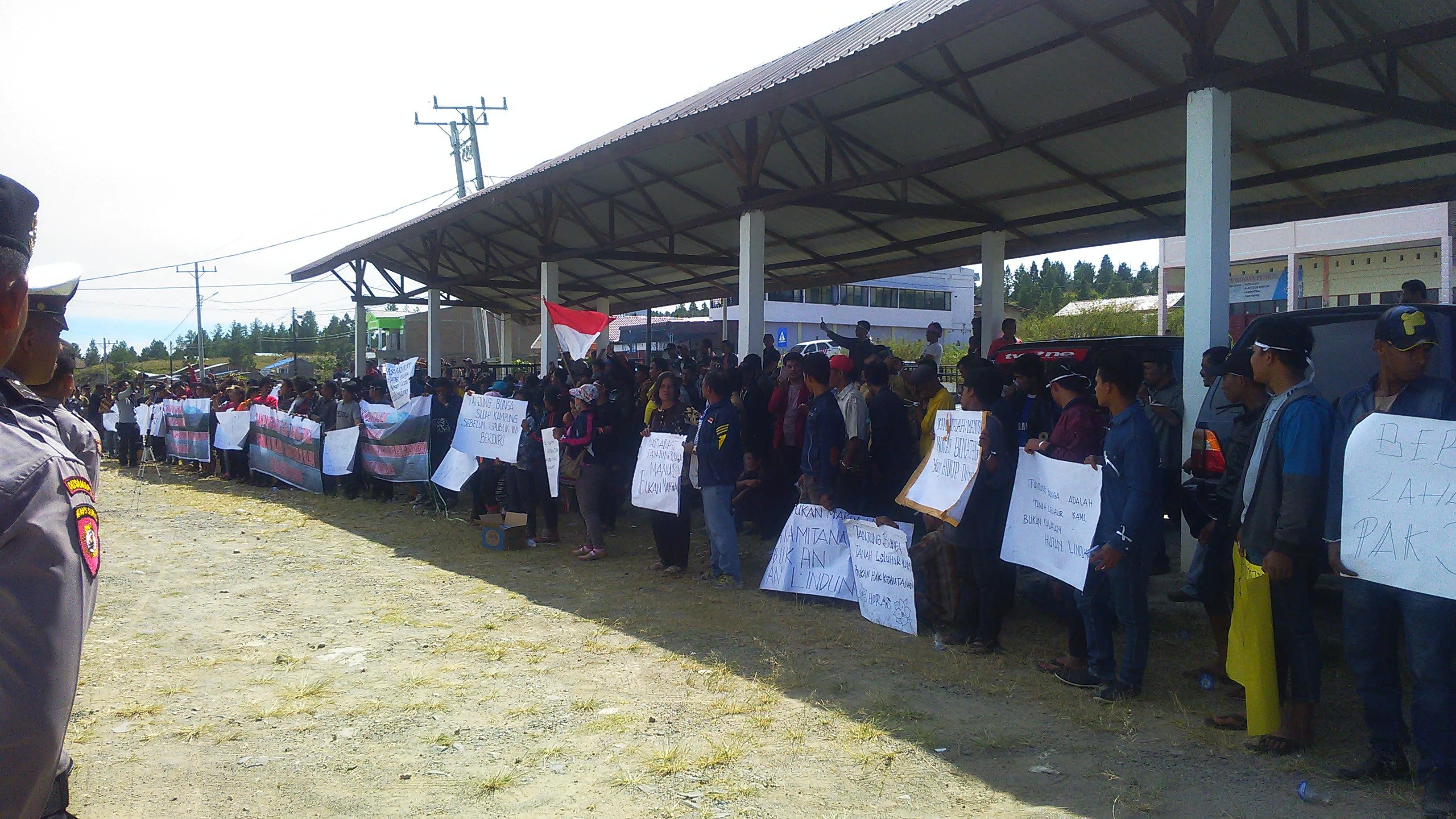 Masyarakat Desa Tanjung Bunga unjuk Rasa ke DPRD Kabupaten Samosir.