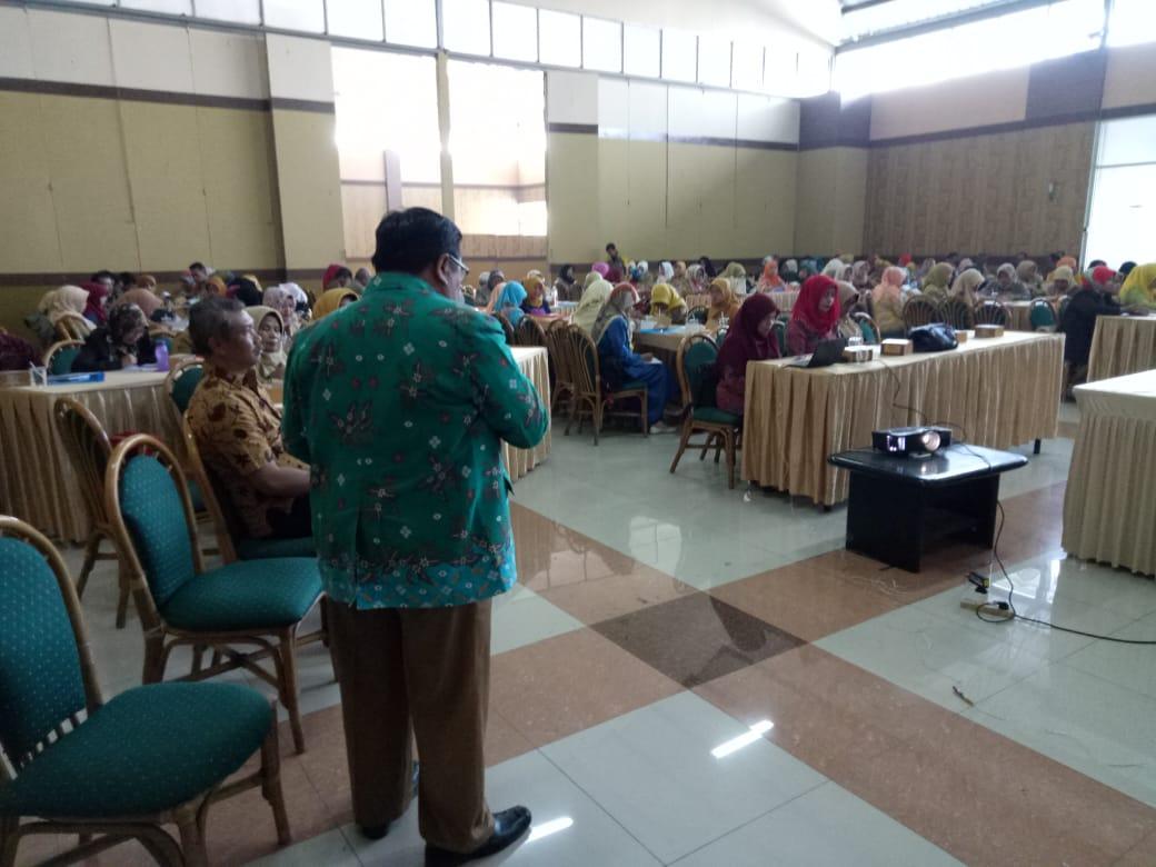 Ratusan peserta Sosialisasi Pendidikan Keluaraga yang diselenggarakan oleh Dinas Pendidikan Kabupaten Bandung dipenuhi peserta di Graha Arjasari, Kecamatan Arjasari, Kabupaten Bandung, Selasa (24/7/2018).