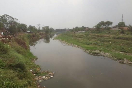 Kemarau, Kondisi Warna Air Sungai Citarum Hitam dan Bau