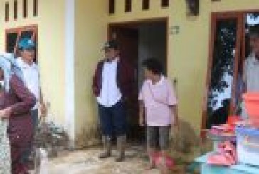 Bupati Samosir Rapidin Simbolon monitoring pasca banjir besar di Desa Ambarita.