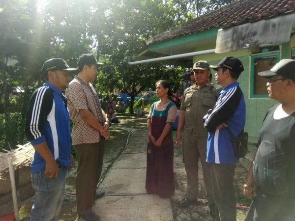 Camat Soreang H. Rusli Baijuri sedang berbincang dengan (pemilik rumah) saat menijau Rumah tidak layak huni (rutilahu) milik seorang nenek, Kartikawati (53) di Kampung Babakan Sakola RT 01 RW 04, Desa Sukajadi, Kecamatan Soreang, Kabupaten Bandung.