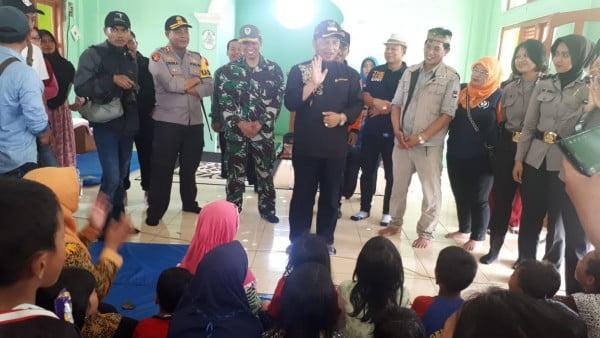 Bupati Bandung Dadang M Naser dan jajaran muspida saat melakukan peninjauan di lokasi angin puting beliung di Ranacaekek Sabtu, (12/1/2018)