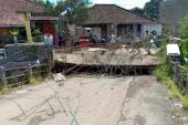 Akibat Pengikisan Air Sungai, Jembatan Penghubung Desa Sukawening dan Nengkelan Roboh