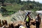 Dua Rumah Panggung Tertimpa Bambu Gombong