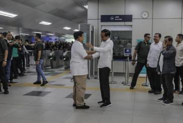 Jokowi Berpelukan dengan Prabowo di MRT Lebak Bulus