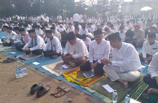 Bupati Bandung Bersama Warga Gelar Salat Istisqa di Lapangan Upakarti