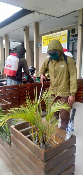 Distan Kab Bandung Lakukan Penyemprotan Fasilitas Perkantoran
