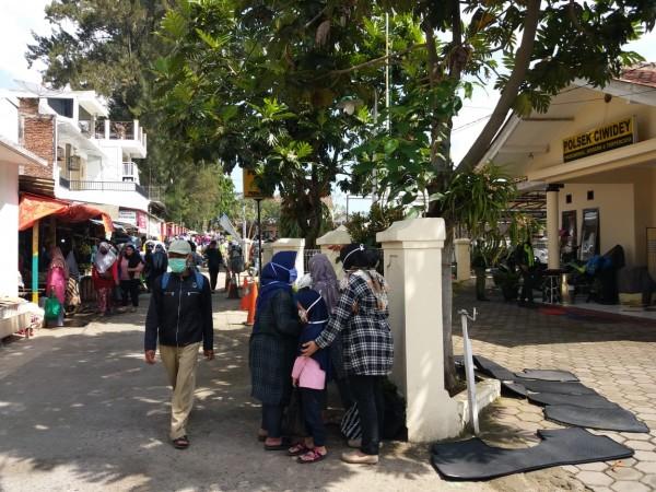 Suasana di pasar lama Ciwidey , terlihat beberapa pengunjung pasar yang datang untuk berbelanja , photo diambil Jumat ( 22/5), Kontroversinews.com || Lee